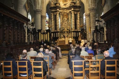 171021-22 Bewieroking altaar Mgr Liesen en koster Peter Roelants