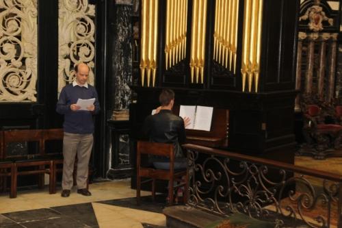 171021-68 Dirk Baeten met organist Peter Strauven De overige leden van de Chorale Sancti Iacobi hebben zich gemengd onder het volk om de psalmodie van de aanwezige gelovigen te ondersteunen