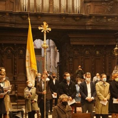 05 intrede processie met Vaticaanse vlag gedragen door PPS